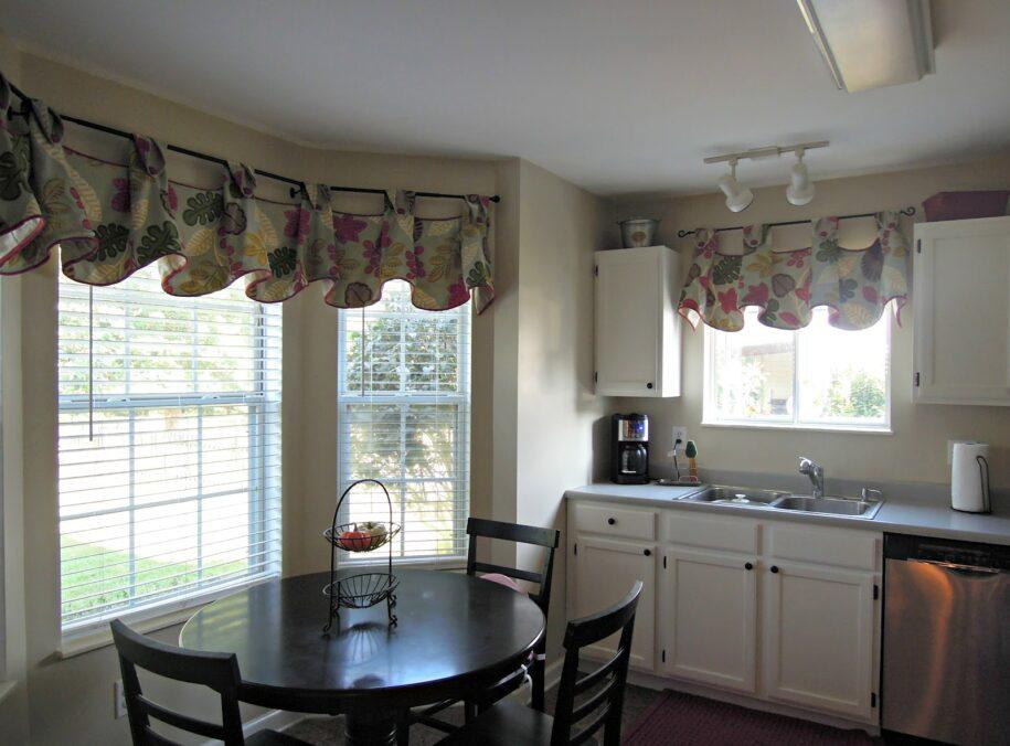 Короткие шторы на кухню: 130 фото красивого и уютного дизайна кухни с шторами до подоконника